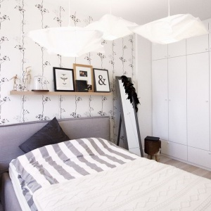 Biel ścian kontynuuje wysoka, biała zabudowa. Wykonana w minimalistycznym stylu, nie zaburza przestrzeni i nie ingeruje w dekoracje. Stanowi jednocześnie pokaźne miejsce do przechowywania sprzętów domowych. Zaprojektowana przez Soma Architekci. Projekt i Fot. Soma Architekci.