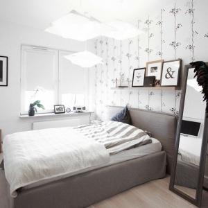 Jasna sypialnia, urządzona w romantycznym stylu. Efektownym elementem dekoracyjnym jest tapeta na ścianie z motywem pnących się roślin. Oczywiście w czerni i bieli. Projekt i Fot. Soma Architekci.