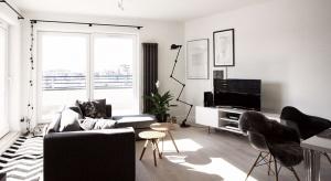 Pani domu jasno określiła swoje oczekiwania: miało być prosto, oszczędnie i po skandynawsku! Według tych wytycznych powstał projekt mieszkania na warszawskiej Ochocie.