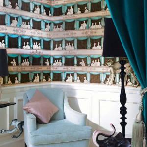 Tapeta z serii Cole and Son marki Lee Jofa zmieni wystrój salonu w prawdziwy teatr. Fot. Lee Jofa.