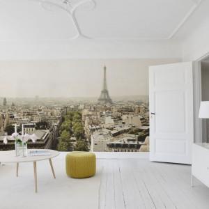 Ściana z wizerunkiem Paryża ożywi białe wnętrze oraz nada mu romantyczny charakter. Kolekcja City of Romance Mr Perswall. Fot. Mr Perswall.