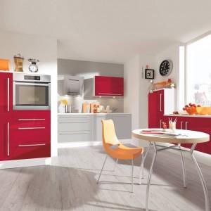 Czerwone fronty pięknie łączą się z jasnym, szarym kolorem nadając kuchni nowoczesny, ale i energetyczny charakter. Fot. Pino.
