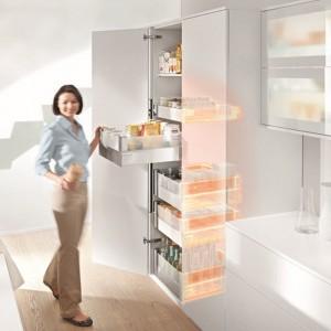 Nie trzeba wysuwać całej zawartości szafy, jak w tradycyjnych rozwiązaniach typu cargo, żeby mieć łatwy i szybki odstęp do każdej szuflady ze wszystkich stron. Fot. Blum.