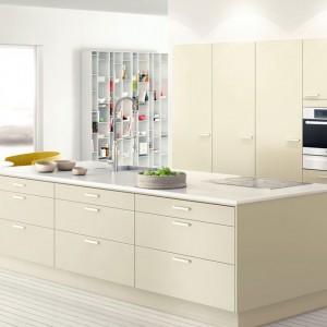 Przepiękna kuchnia, utrzymana w bardzo subtelnym, jasnobeżowym kolorze i oszczędnej stylistyce. Meble o jednorodnej stylistyce z korpusami i cokołami w takim samym kolorze co fronty, zwieńczono delikatnym, białym blatem. Fot. Ballingslov, Solid Ostronbeige.