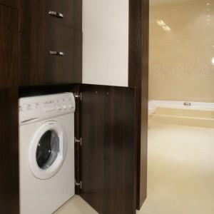 Pralkę można umieścić także w korytarzu gdy nie ma na nią miejsca w samej łazience. Zabudowa uwzględnia także szafki na kosz na pranie, detergenty oraz czystą bieliznę i ręczniki. Projekt: Dariusz Grabowski.  Fot. Monika Filipiuk-Obałek.