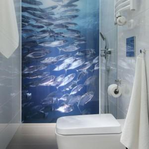 Fototapeta na ścianie za prysznicem to największa ozdoba tego wnętrza, a także sposób na optyczne powiększenie przestrzeni. Fot. Bartosz Jarosz