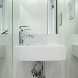 Umywalka została dopasowana wymiarowo do niewielkiej wnęki przy wejściu. Pionowe lustra po obu stronach umywalki dają wrażenie głębi; dzięki niemu można poczuć się bardziej swobodnie korzystając z tego niewielkiego sanitariatu. Bartosz Jarosz