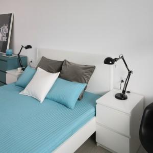 Szafki nocne o prostym kształcie doskonale dopełniają nowoczesną aranżację sypialni. Projekt: Anna Maria Sokołowska. Fot. Bartosz Jarosz.