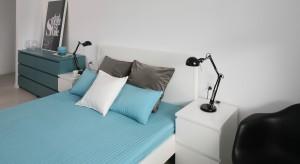 Szafka nocna umieszczona obok łóżka stanowi doskonałe miejsce na lampkę czy odłożenie książki. I właśnie dlatego musi się znaleźć w każdej sypialni.
