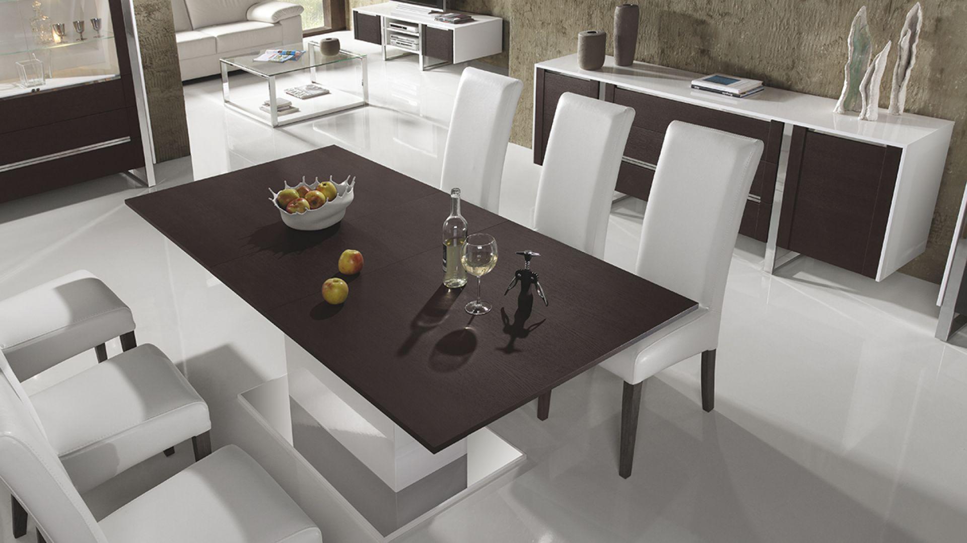 Art Vision to komplet białych mebli do jadalnianej części pokoju dziennego. Blat stołu i nogi w kolorze wenge dodają meblom charakteru. Fot. TC Meble.
