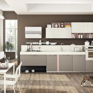 Stół oraz krzesła o niezwykle lekkiej konstrukcji nie zaburzają kompozycji kuchni, będąc jej praktycznym dopełnieniem. Fot. Lube Cucine.