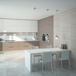 Połyskujący blat białego stołu komponuje się z meblami kuchennymi One marki Ernestomeda. Wraz z białymi krzesłami tworzy nowoczesną i praktyczną strefę jadalnianą. Fot. Ernestomeda.