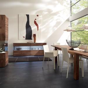 Zestaw Elea II marki Hülsta. Białe krzesła znakomicie komponują się ze stołem oraz witrynami w kolorze ciepłego drewna. Fot. Hülsta.