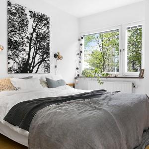 Czarno-biała grafika wprowadza do sypialni ciekawy akcent. Fot. Alvhem Makleri.