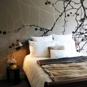 Delikatna dekoracja sypialni doskonale sprawdzi się w towarzystwie neutralnych, stonowanych barw. Fot. Art of wall.