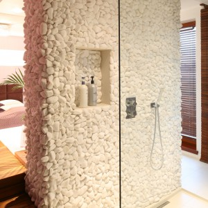 Wąski odpływ z pełnym rusztem jest niemal niewidoczny, dzięki czemu strefa prysznica zachowuje minimalistyczny wygląd. Projekt: Katarzyna Mikulska-Sękalska. Fot. Bartosz Jarosz.