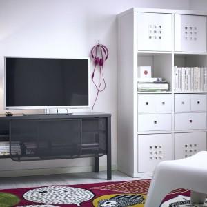 Szafka Nittorp w ciemnoszarym kolorze z oferty marki IKEA to mebel na TV i media. Cena 249 zł. Fot. IKEA.