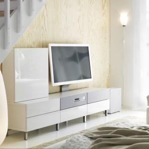 """Mebel audiowizualny BESTÅ/ UPPLEVA Kombi/TV 48""""/2.1 system dźwiękowy z oferty marki IKEA ze zintegrowanym telewizorem. Cena: 5.191 zł. Fot. IKEA."""