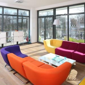 Dwie kanapy, a aż cztery kolory. Ten nowoczesny model można konfigurować wg własnego uznania modyfikując co jakiś czas aranżację salonu. Projekt: Konrad Grodziński. Fot. Bartosz Jarosz.