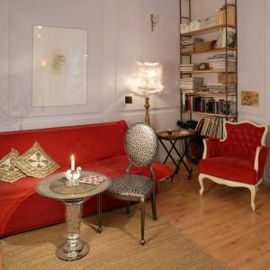 Kanapa w królewskim kolorze dodatkowo podkreśla charakter bogatej stylizacji salonu. Projekt: Dorota Banasik. Fot. Archiwum Dobrze Mieszkaj.