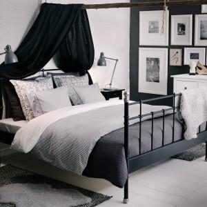Czarne rama łóżka dobrze komponuje się z pozostałym wystrojem sypialni. Czarny baldachim dodaje wnętrzu uroku. Fot. IKEA.