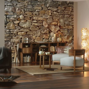 Elegancka kamienna ściana na fototapecie pozwoli zbudować ciepłą, sprzyjającą wypoczynkowi atmosferę. Fot. Castorama.