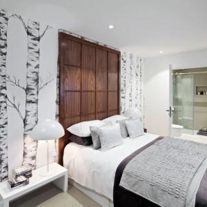 W tej sypialni zdecydowano się na wyznaczeni strefy łóżka za pomocą drewnianej dekoracji, która sięga do sufitu tworząc jednocześnie formę wysokiego zagłówka. Pozostałą część ściany udekorowano tapetą. Fot. The Filaments.