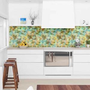 Naklejka na ścianę imitująca wzorem barwną mozaikę. Prezentuje się efektownie nad blatem kuchennym. Fot. Pixers.