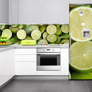 Tapetę nad blatem kuchennym można przedłużyć, dekorując lodówkę barwną naklejką z tym samym motywem. Tutaj są to soczyste, zielone limonki. Fot. DecoMania.pl