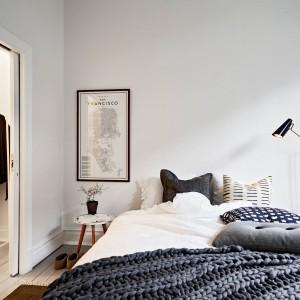 Sąsiadująca z salonem sypialnia ma dostęp do całkiem pojemnej garderoby. Podłogę w obu pomieszczeniach wykończono jednorodną posadzką. Fot. Stadshem.