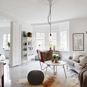 Z salonu można bezpośrednio przejść do sypialni. Pomieszczenia oddziela duża framuga i podwójne drzwi - akcent ze starego budownictwa. Fot. Stadshem.