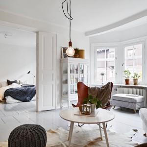 Lukarna w salonie nadaje wnętrzu romantycznego uroku i zachęca do odpoczynku na przyokiennej ławie. Pełni również tak prozaiczną funkcję jak doświetlenie wnętrza. W końcu, powiększa pomieszczenie o kilka centymetrów. Fot. Stadshem.