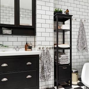 Ściany w łazience wykończono tradycyjnymi białymi kaflami. W zestawie z stylizowanymi czarnymi meblami tworzą one wnętrze urzekające klimatem minionych epok. Fot. Stadshem.