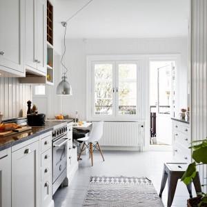 Kuchnia ma bezpośredni dostęp do balkonu. Wpadające do wnętrza promienie słońca, rozświetlają jasne wnętrze. Fot. Stadshem.