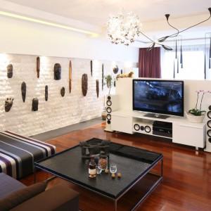 Ściana telewizyjna dzieli salon na dwie części: relaksacyjno-kinową oraz jadalnianą. Projekt: Katarzyna Mikulska-Sękalska. Fot. Bartosz Jarosz.