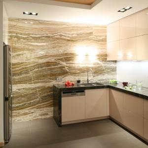 Ściana wyłożona naturalnym kamieniem sprawia, że minimalistyczne wnętrze zyskało bardziej dekoracyjny wygląd. Projekt: Kuba Kasprzak, Paweł Pałkus Fot. Bartosz Jarosz.
