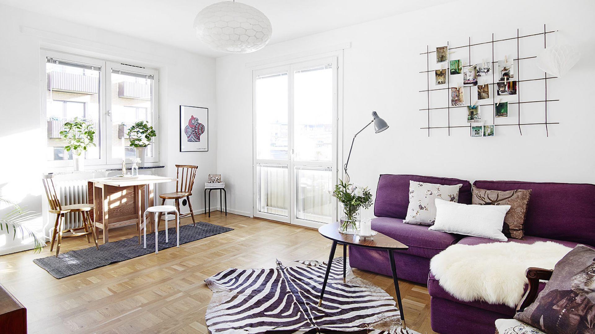 W rogu salonu postawiono drewniany, składany stół, który bez zbędnego odbierania przestrzeni pomieszczeniu, pełni funkcję jadalni. Oświetlony z dwóch stron dziennym światłem, stanowi idealne miejsce na spożycie pysznego śniadania. Fot. Vastanhem.