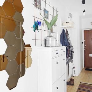 W mieszkaniu jest mnóstwo oryginalnych detali. W przedpokoju, na przykład, na jednej ze ścian znajdziemy lustro-mozaikę. Zbudowane z kilkunastu mniejszych paneli lustrzanych stanowi niebanalną dekorację, która jednocześnie delikatnie powiększa optycznie wnętrze. Fot. Vastanhem.