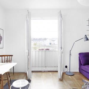 Z salonu możemy wyjść na balkon w stylu francuskim. Fot. Vastanhem.