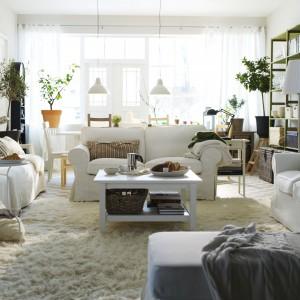 Sofa dwuosobowa Ektorp marki IKEA w kolorze białym. Pokrycie można zdjąć i wyprać w pralce, dzięki czemu łatwo utrzymać je w czystości. Fot. IKEA.