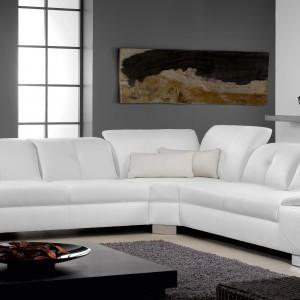 Białe meble tapicerowane naturalną skórą Abalus marki Rom dodadzą wnętrzu elegancji i lekkości. Fot. Rom.