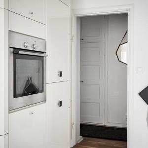 Sprzęt AGD w kuchni, umieszczono w estetycznej wysokiej zabudowie. Dzięki pojemnym szafkom, zyskano dużą powierzchnię do przechowywania wszelkich sprzętów. To z kolei pozwoliło zachować ład i porządek na kuchennym blacie. Fot. Stadshem.