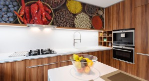 Jeżeli znudziła nam się aranżacja naszej kuchni, a nie mamy czasu lub sposobności na gruntowny remont, postawmy na naklejki i maty! To niedrogi i szybki sposób na ożywienie wnętrza.