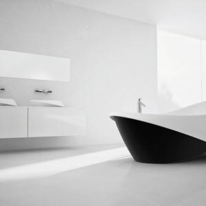 Wanna Goccia z katalogu Marmorin została zaprojektowana na kształt stylowej łodzi; w dwóch kontrastowych kolorach. Fot. Marmorin.