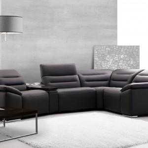 Modułową kolekcję Impressione marki Etap Sofa stworzono z myślą o komforcie i indywidualnych preferencjach. Poza ustawieniem elementów zestawu, można decydować o typie przeszycia, jak i o formie podłokietników. Fot. Etap Sofa.