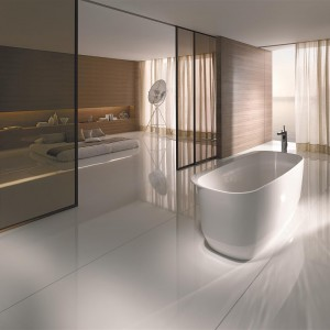 Mattis Keramag Design ze szlachetnej żywicy resin stone. Zastosowanie naturalnych materiałów sprawia, że wanna jest niezwykle przyjemna i ciepła w dotyku. Fot. Keramag Design.