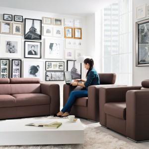Sofa Enzo marki Black Red White z funkcją spania bez pojemnika na pościel. Wypełnienie siedziska stanowi sprężyna falista i pianka. Wypełnienie oparcia to pianka i pasy tapicerskie. Prezentowana tkanina z kolekcji skóra naturalna. Fot. Black Red White.