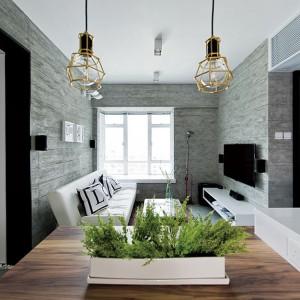 Eleganckim, a zarazem prostym detalem dekoracyjnym, nadającym wnętrzu charakteru są pomalowane na czarno framugi drzwi. Kontrastują efektownie z zamykanymi przez nie drzwiami oraz jasnymi meblami. Projekt: Millimeter Interior Design. Fot. Millimeter Interior Design.