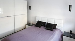Lampka obok łóżka to niezbędne wyposażenie każdej sypialni. Przedstawiamy przykładowe aranżacje, w których zdecydowano się na oryginalne rozwiązanie: wiszące lampki nocne.
