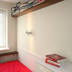W sypialni starano wykorzystać się każdą przestrzeń. Wysoko umieszczone półki wprowadzają do sypialni praktyczne miejsce do przechowywania książek. Fot.  Bartosz Jarosz.